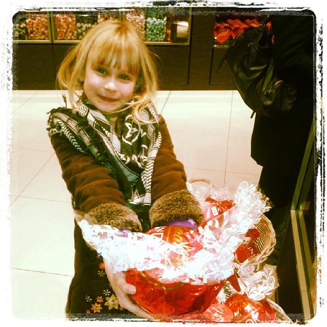 Riesenmegabonbon fuer die junge Lady #candy #schoko #riesenkugel #lindt #happy #girl